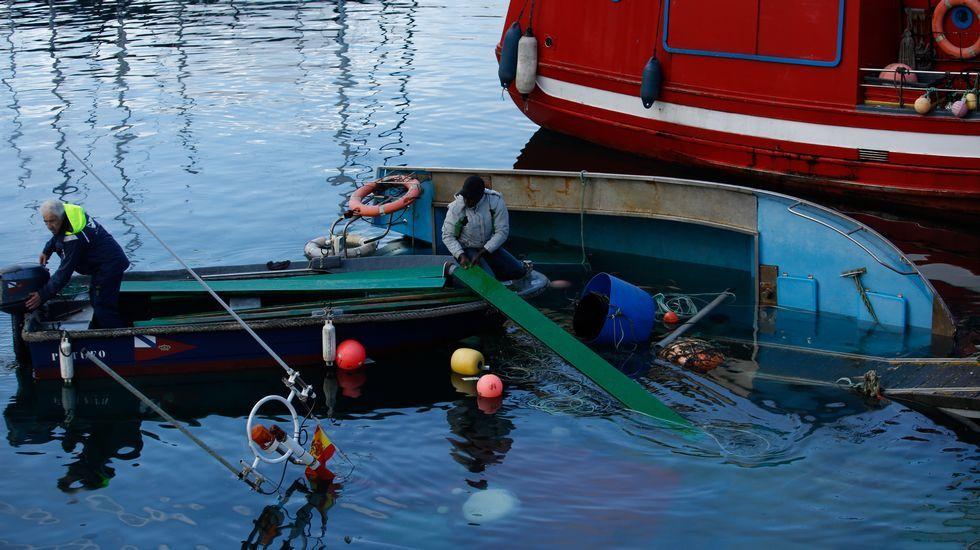 Hundimiento de un pesquero amarrado en la Marina