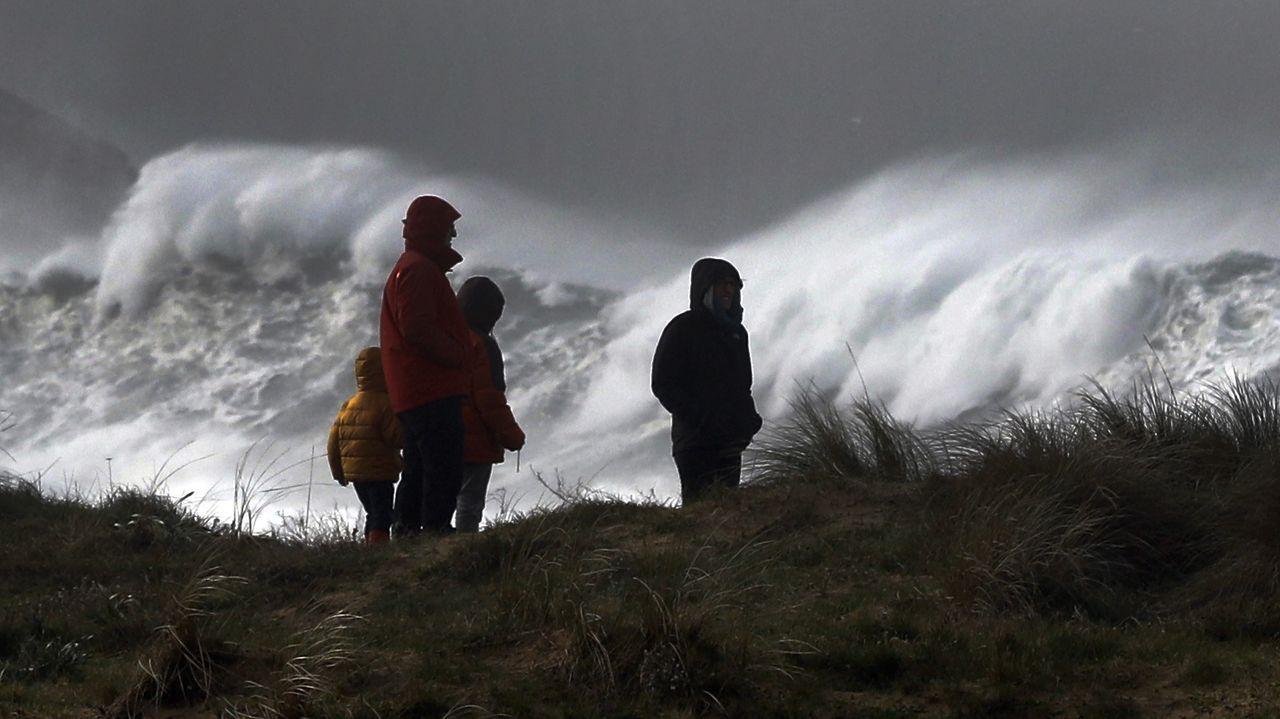 El temporal deja bellas imágenes en la costa de A Mariña.Imagen de archivo de personal del Hospital da Mariña realizando pruebas PCR