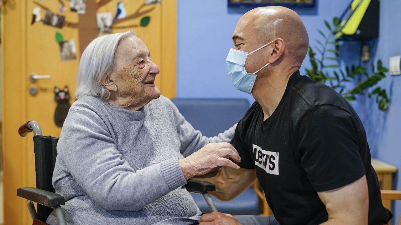 Pilar Gómez y su nieto, Manuel, en su reencuentro tras un año sin verse