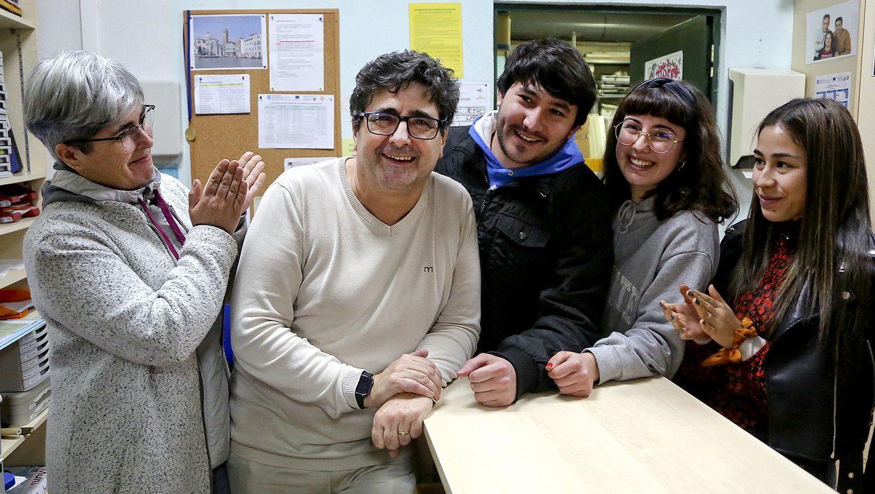 El Vigo colorido del carnaval.Pedro Pagán, tercero de una saga de relojeros, trabaja en su taller, donde ya no tiene empleados