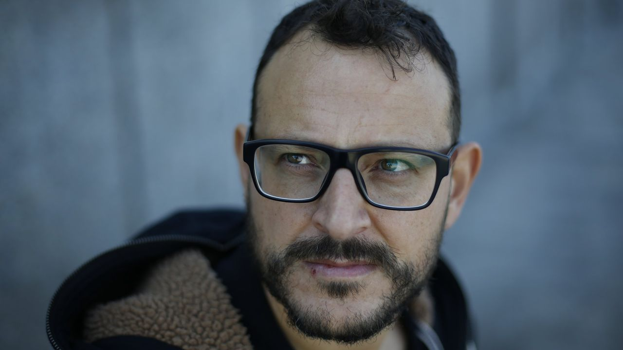 O xornalista e escritor Xesús Fraga, este mércores na praia de Sabón, á que adoita achegarse a diario á hora do xantar dende a Redacción de La Voz.