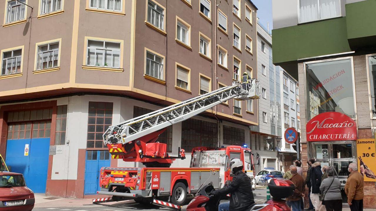 Arranca en Lugo la vacunación masiva.La intervención de los bomberos y la policía en la tarde de este miércoles