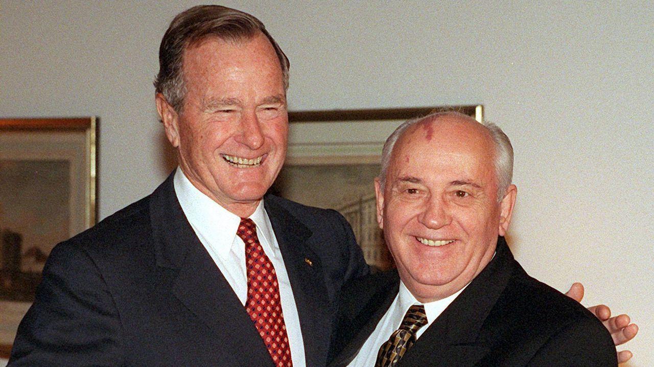 Trump visita a sus tropas en Iraq.Bush selló con Gorbachov el fin de la Guerra Fría