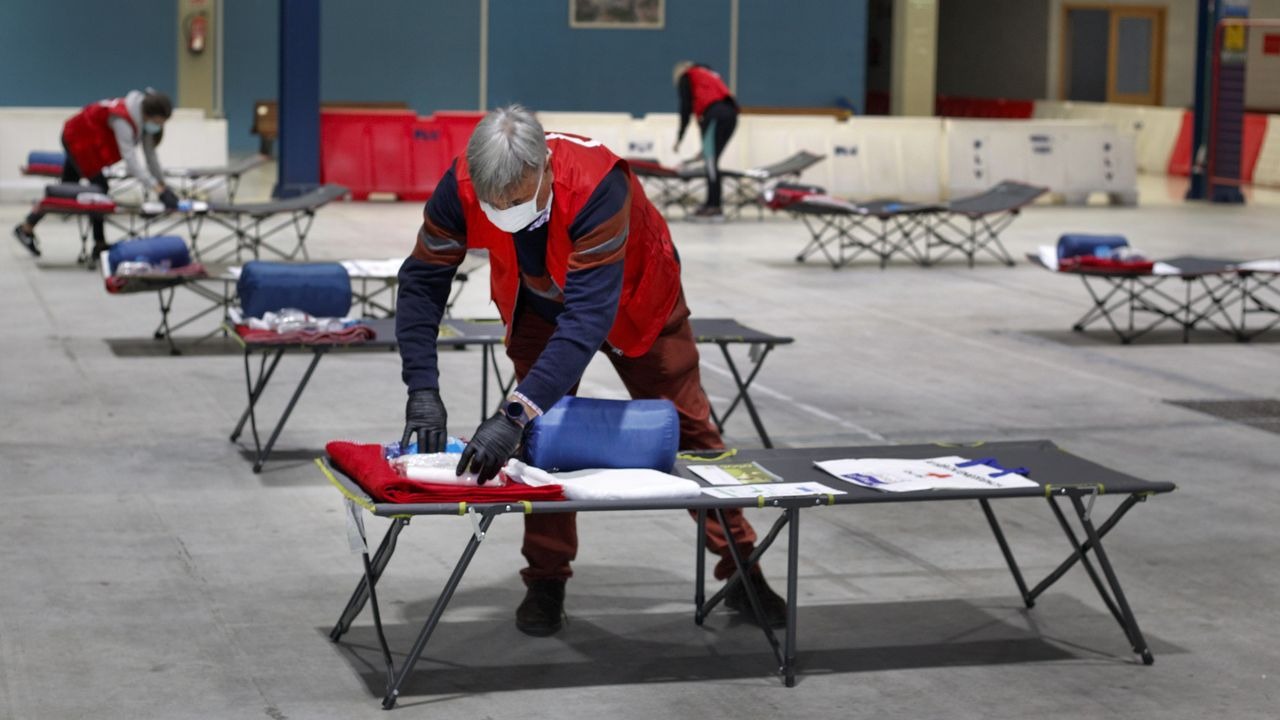 La Cruz Roja y el Concello habilitan camas en Fexdega para personas sin hogar.Puerto de Celeiro comercializa distintos tipos de merluza fresca de Gran Sol, la misma que dona para ayudar a los más desfavorecidos de Viveiro