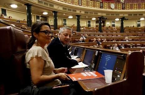La diputada ourensana Laura Seara, junto a José Blanco, en su escaño del Congreso.
