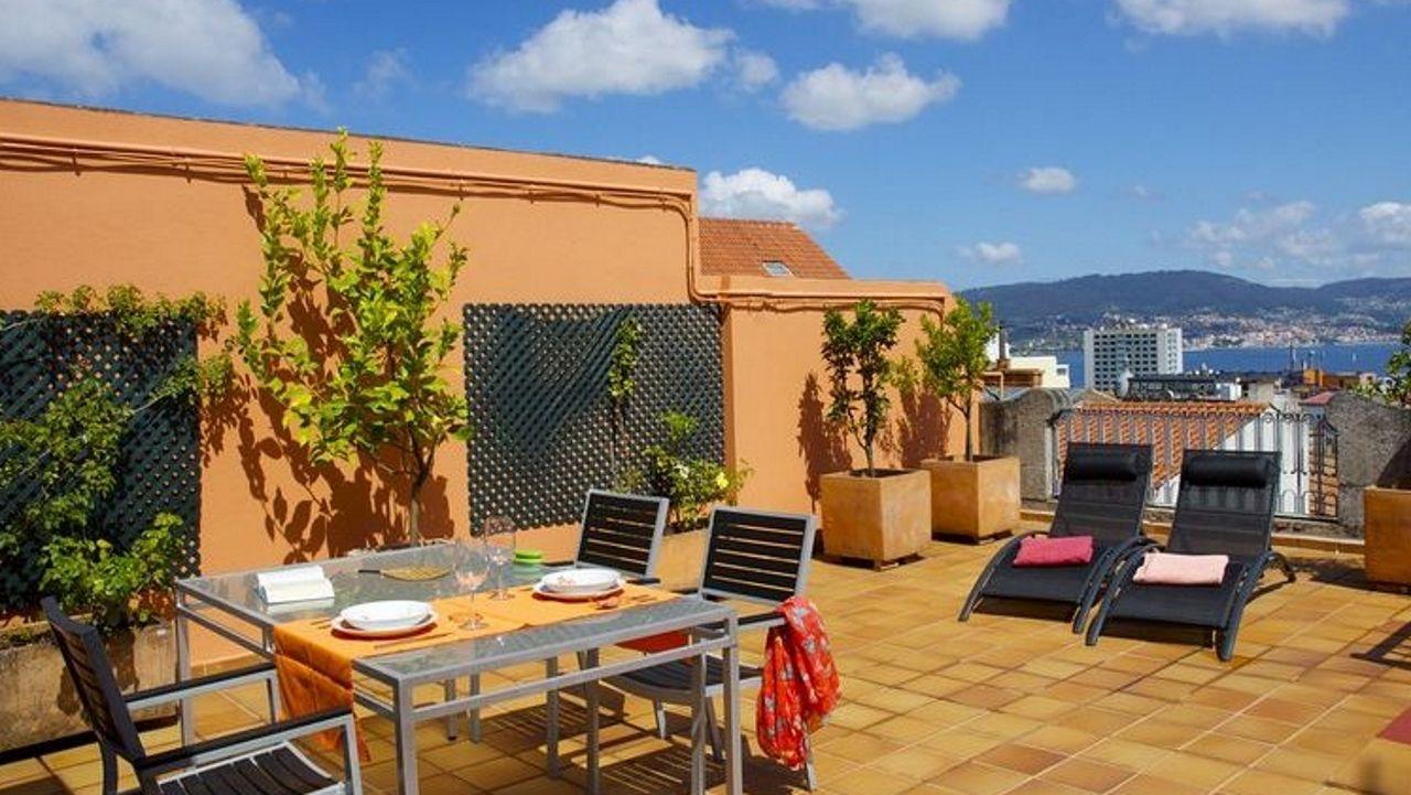 Ático en Vigo. Con una terraza de 60 metros cuadrados, este piso situado en el centro de Vigo destaca por su luminosidad, su ubicación y las vistas que las personas que se alojen en él puedan disfrutar. Sin duda una opción muy agradable.