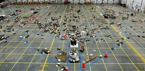 La trayectoria del asteroide 2012 DA14.La NASA colocó en un hangar, sobre un dibujo del transbordador, las piezas localizadas del «Columbia».