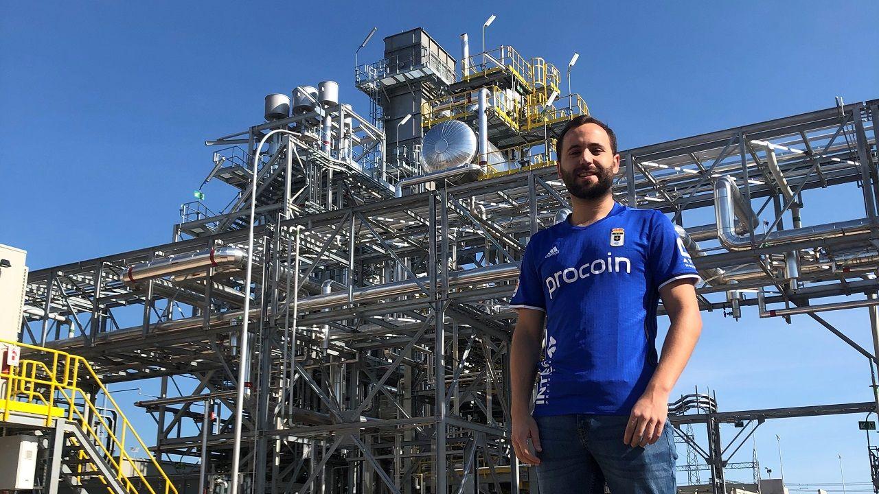 Miguel González, delante de la central donde trabaja en el sur de Bolivia