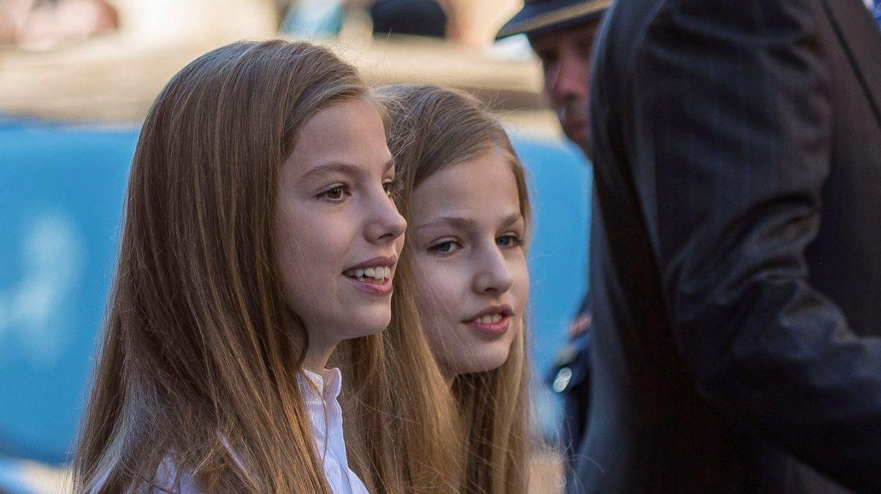 Los reyes Felipe y Letizia acompañados por la reina Sofía, la princesa Leonor y la infanta Sofía a su llegada el pasado día 8 a la Clínica Universitaria La Moraleja para visitar al rey don Juan Carlos operado ayer de forma satisfactoria para sustituirle la prótesis artificial que le fue implantada en la rodilla derecha hace siete años