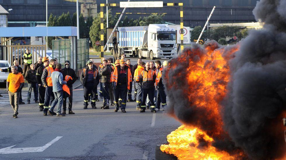 Así ha quedado la nave incendiada en Narón.Zona rural de Gijón