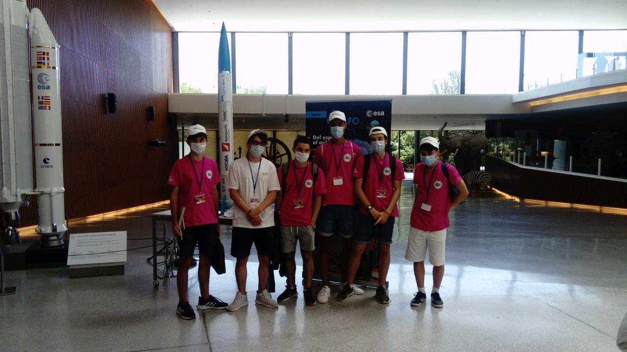 Los seis integrantes del equipo «Los tecnológicos», del IES Sánchez Cantón, en la final de CanSat celebrada en Granada