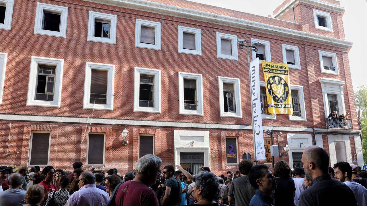 Un grupo de personas se concentra a las puertas de La Ingobernable tras la notificación del Ayuntamiento de Madrid para que desalojen el inmueble que okupan