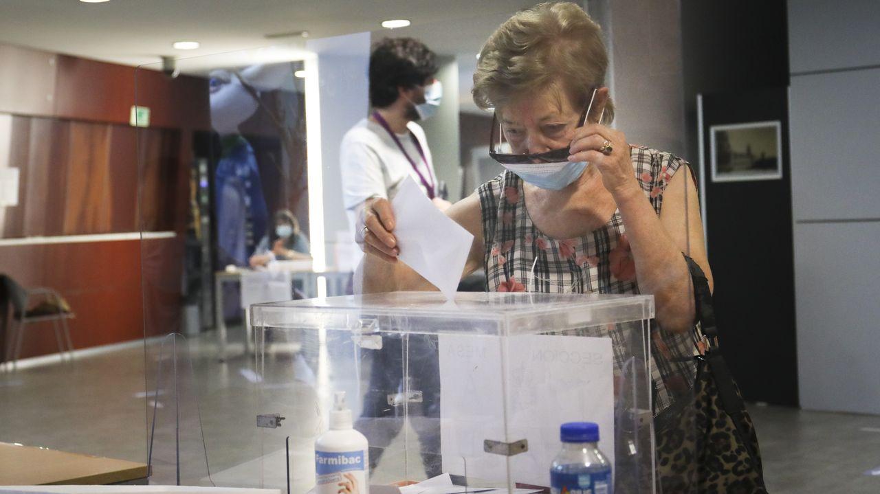 Las gafas y la mascarilla no son una buena combinación a la hora de meter el sobre en la urna. Esta imagen es de un colegio electoral de Santiago