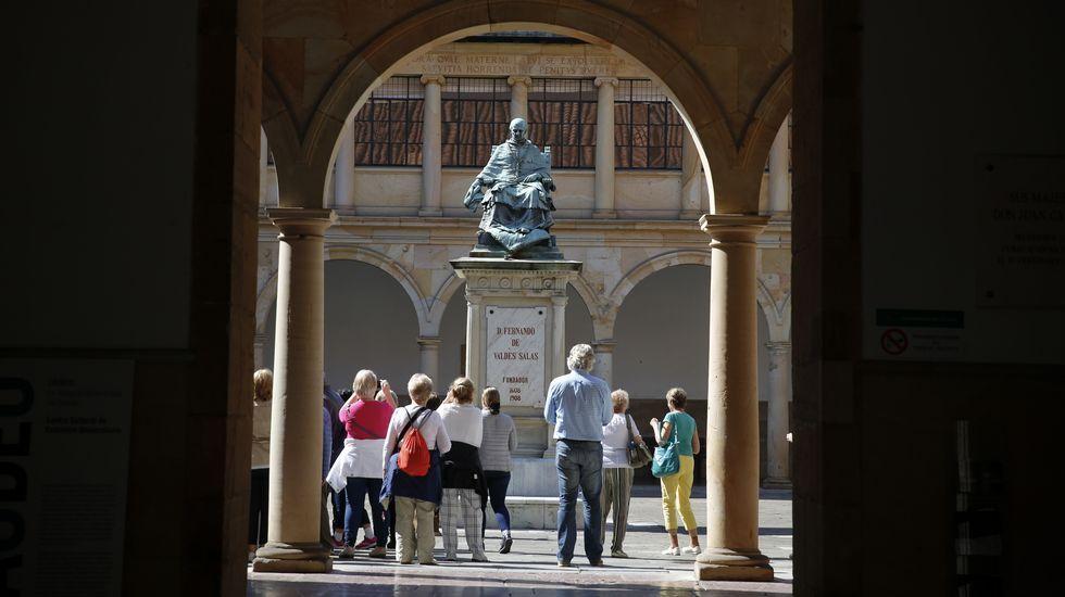 Marcha nórdica para entrenar cuerpo, mente y alma.Patio del Edificio Histórico de la Universidad de Oviedo