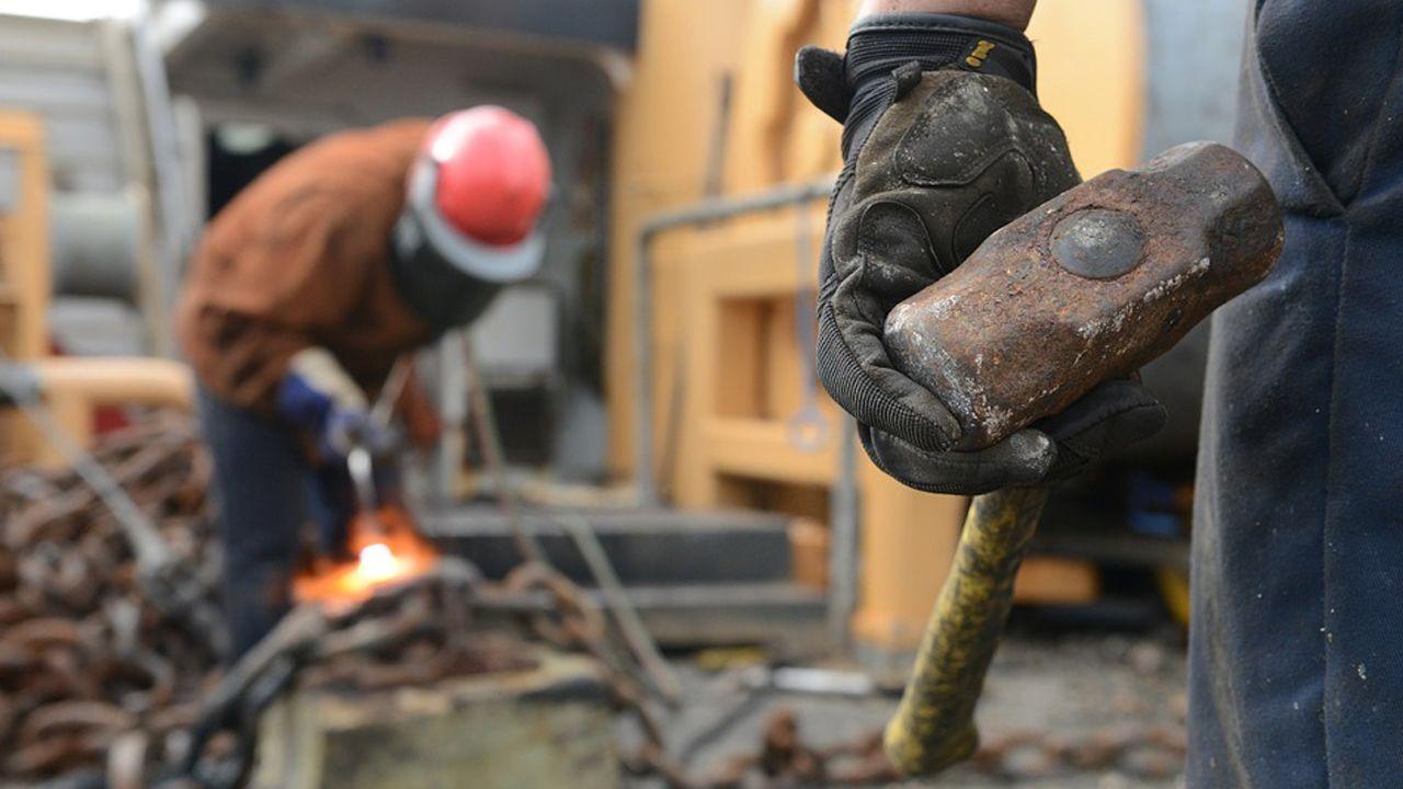 trabajador, trabajadores, construcción, empleados, guantes, martillo.Foto de archivo de trabajadores de la construcción