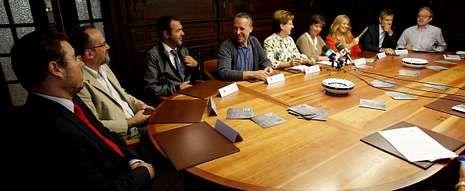 Festa infantil de La Voz de Galicia en Santiago.La tragedia ocurrió aquí, en la praza da Fonte Seca, hace exactamente 210 años. A la derecha, portada de la Gaceta de Galicia