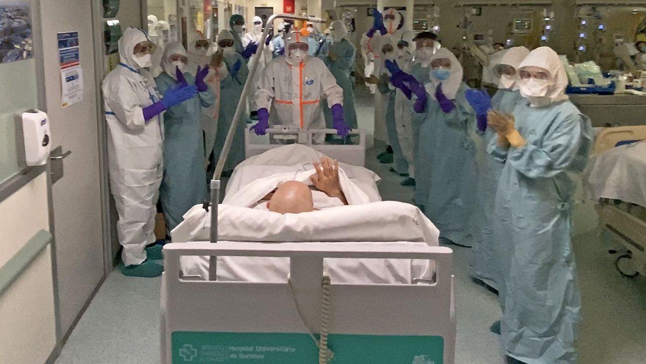 Salida entre aplausos del primer paciente con coronavirus que logra dejar la uci del Complexo Hospitalario Universitario de Ourense