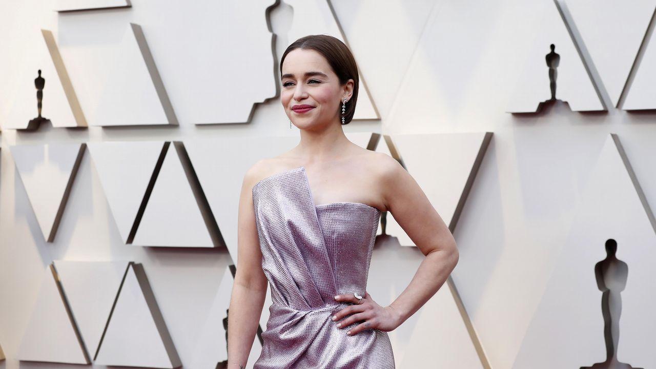 Emilia Clarke, actriz de Juego de Tronos, con un vestido de corte sirena en color lila. Presentará premio junto a Jason Momoa.