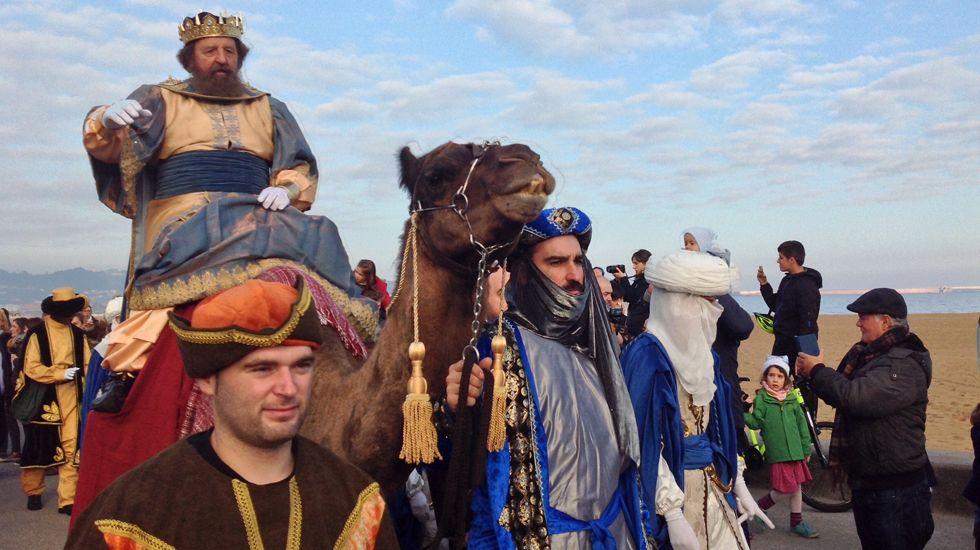 El rey Gaspar con sus asistentes, en Poniente