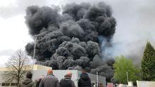 Un incendio afecta a varias naves del polígono industrial de O Ceao