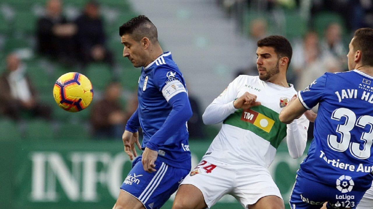 Saul Berjon Javi Hernandez Alexander Gonzalez Elche Real Oviedo Martinez Valero.Saúl Berjón controla un balón ante Alexander González