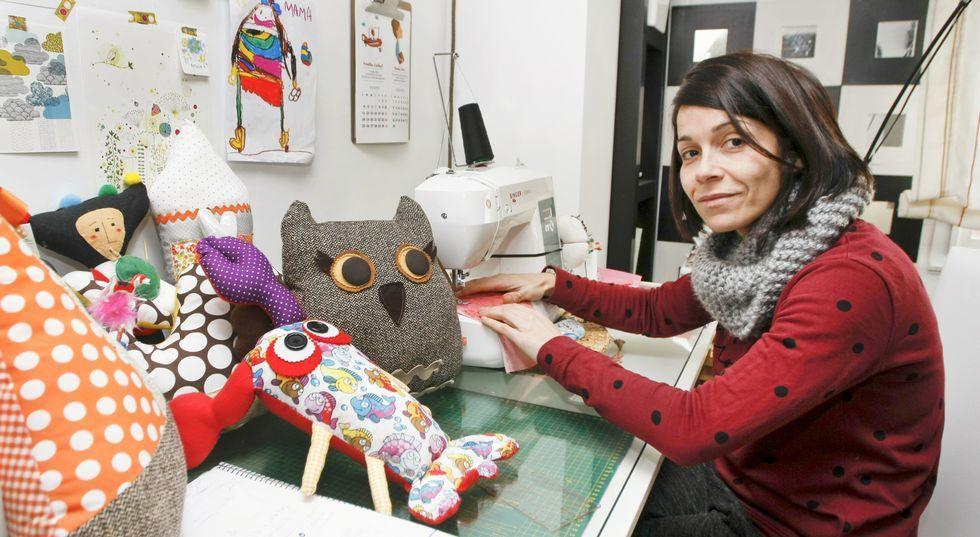 María José posa en la esquina de su salón en la que elabora los muñecos. Hoy ya no tiene una máquina de coser a pilas.