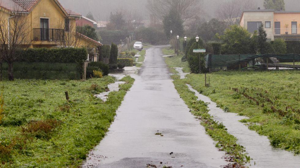 Caminos cortados e inundados en la zona de Bertamiráns
