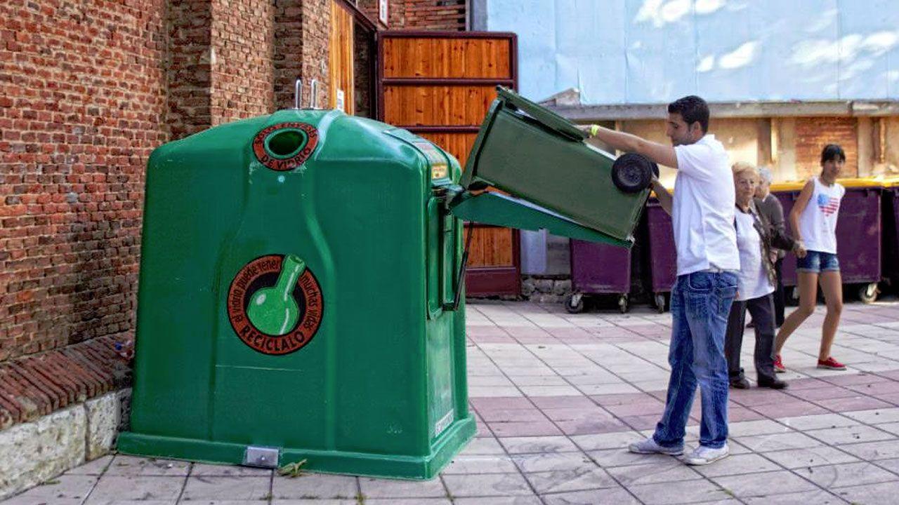 La historia de la higiene urbana de Gijón, en imágenes.Reciclaje de vidrio