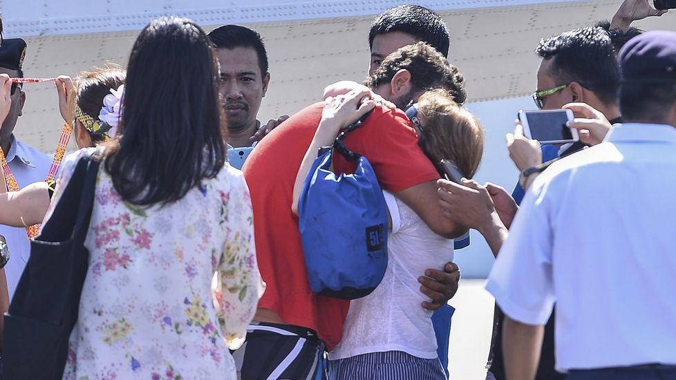 Algunos familiares esperaban a Marta y a David en el aeropuerto.