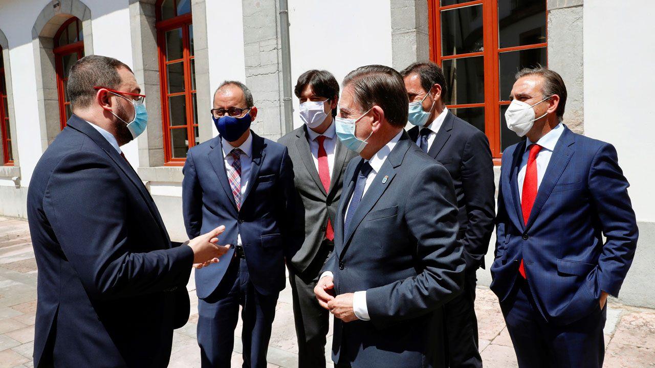 El presidente del Principado de Asturias, Adrián Barbón, y el alcalde de Oviedo, Alfredo Canteli,, conversan antes de la clausura de la asamblea general de la Asociación Asturiana de Empresa Familiar (Aefas)