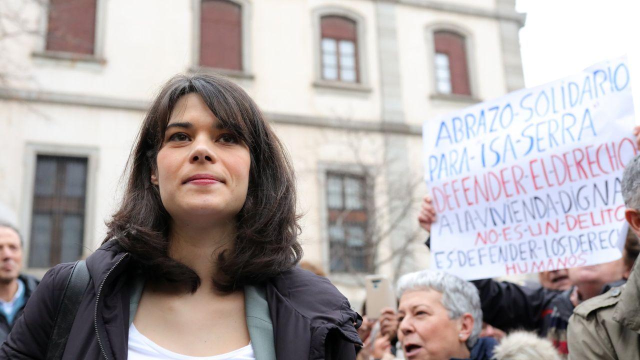 La portavoz de Unidas Podemos en la Asamblea de Madrid, Isa Serra, recibe el apoyo de diferentes concentrados, a su llegada al Tribunal Superior de Justicia de Madrid, donde declara en un juicio por participar en una protesta contra un desahucio en 2014