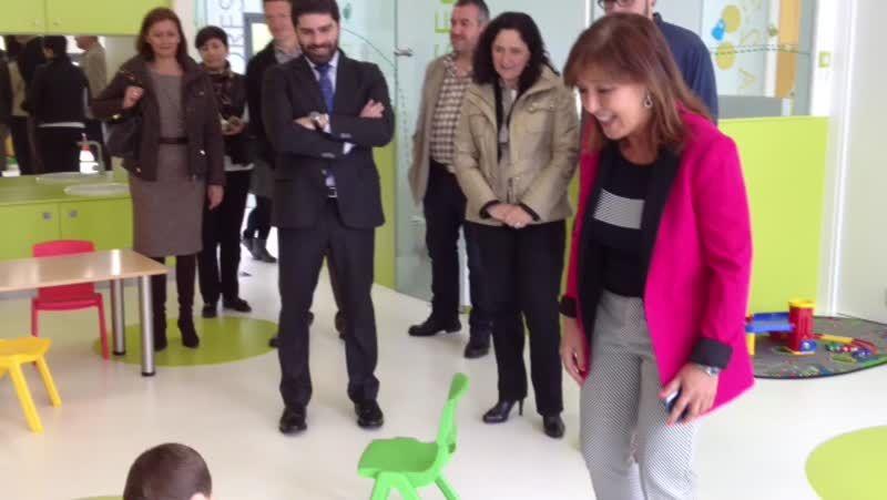 Beatriz Mato bromeó con los niños de Curtis.Salomé Peña no despacho da alcaldía do Concello de Ribadumia.