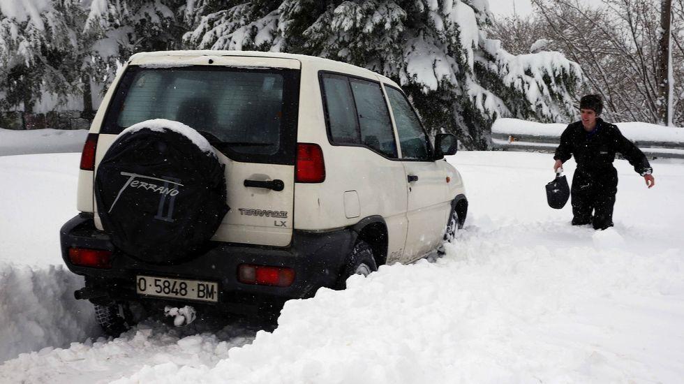 Paisaje helado y nevada del Huerna a la altura del embalse de Barrios de Luna.Vecinos de Lena hoy en la N-630 en el puerto de Pajares (Asturias)