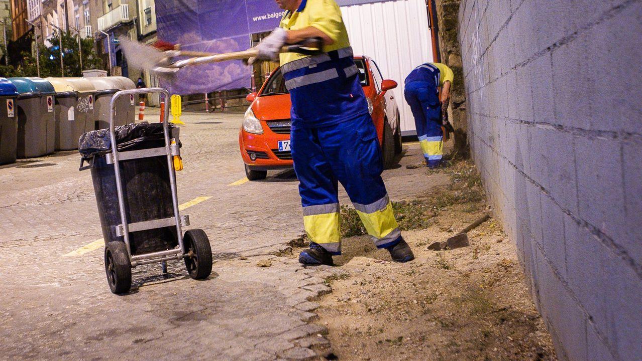 Trabajadores de limpieza en la capital ourensana