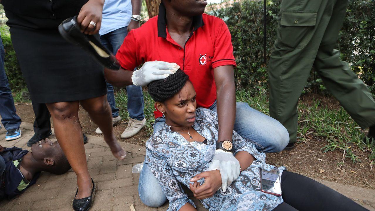 Una mujer herida es atendida en el exterior del hotel