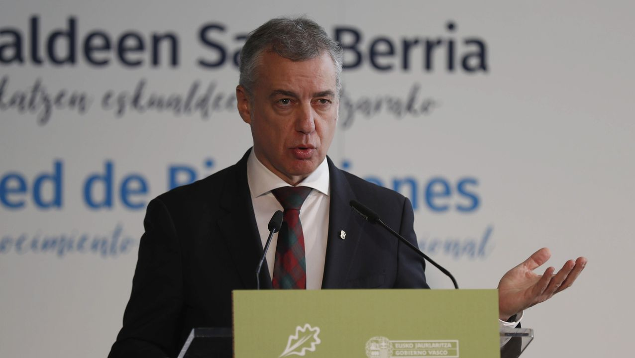 Rueda de prensa de Feijoo tras la reunión interdepartamental del coronavirus.Pleno del Parlamento de Galicia de hace dos semanas, con los escaños vacíos