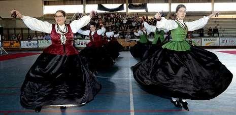 Exhibición de baile tradicional en el polideportivo de Baio, durante la clausura de Adro.
