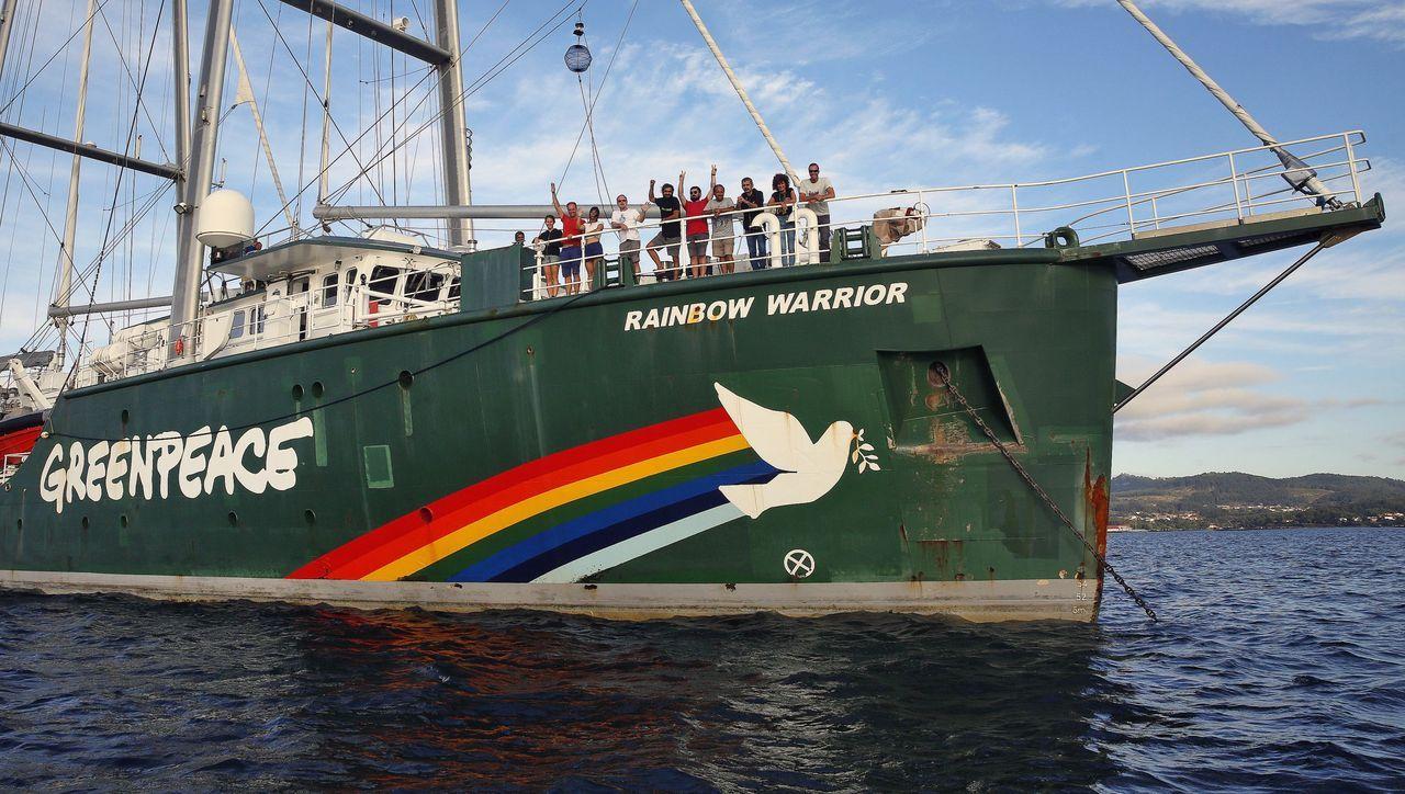El Rainbow Warrior de Greenpeace entra en la Ría de Arousa