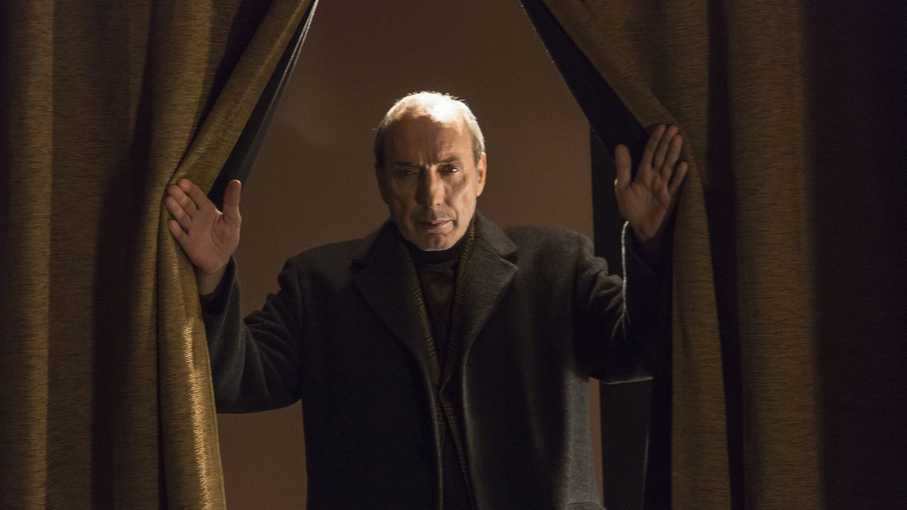 El actor Eusebio Poncela, en una de las dramatizaciones del documental «El cuadro»