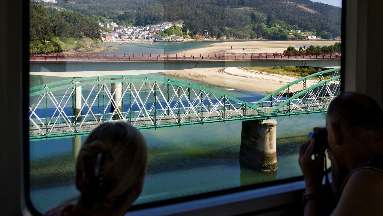 El ferrocarril, a su paso por el puente de O Barqueiro, por el que ahora solo transita una vez al día en cada sentido