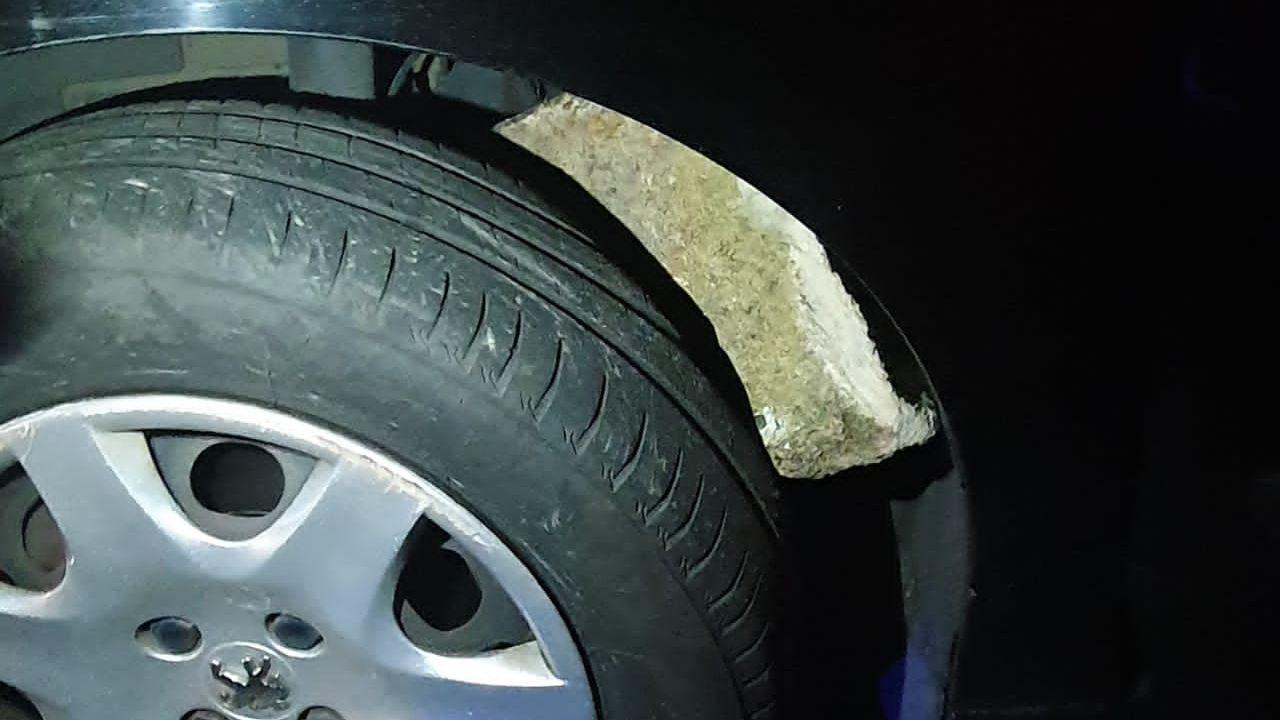 Lanzan piedras desdes el puente de Bamio sobre la PO 548.Estado en el que quedó la rueda de uno de los vehículos accidentados en Bamio, al incrustarse en ella una piedra