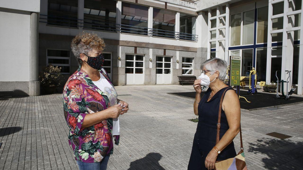 Rita y Elvira, familiares de ancianas de la residencia de Burela, reclaman el uso de este espacio