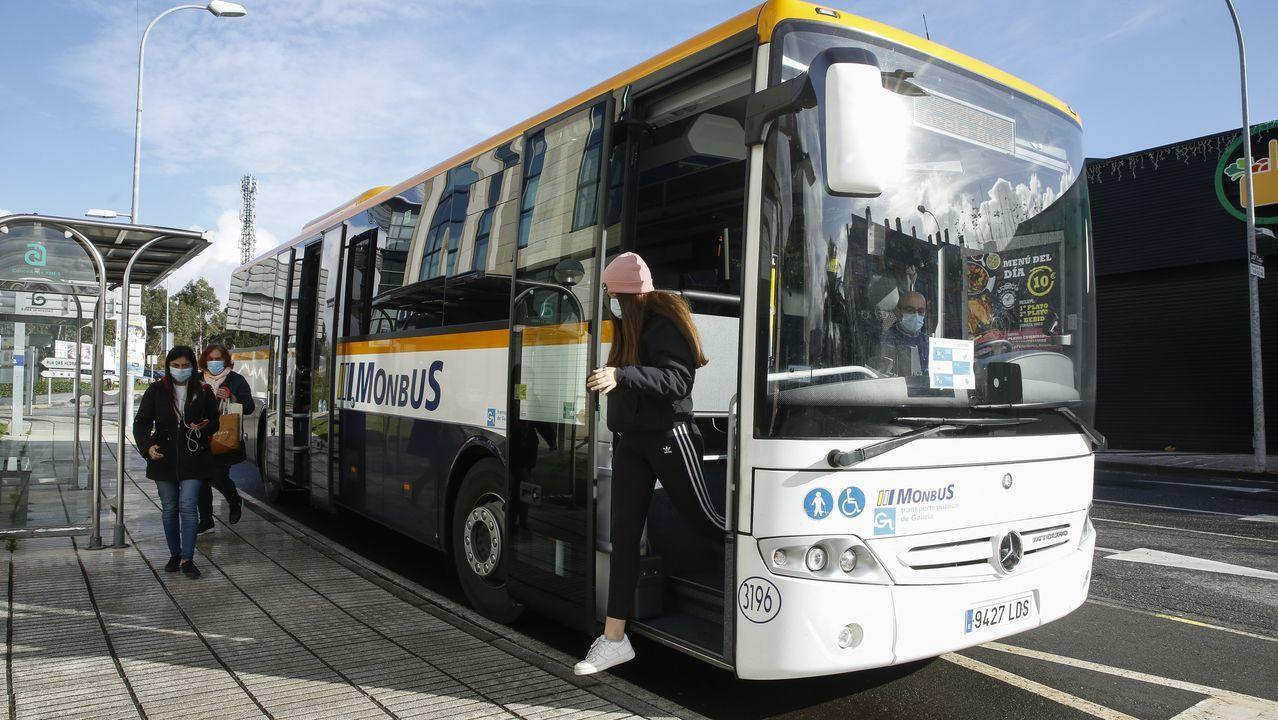 Cribado masivo en Viveiro.Un autobús de transporte metropolitano, ayer, en el polígono de Novo Milladoiro