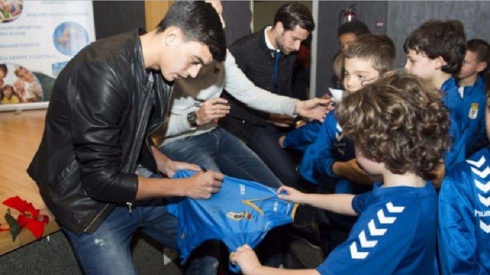 Los jugadores del Real Oviedo firman autógrafos en su última visita a Ovida
