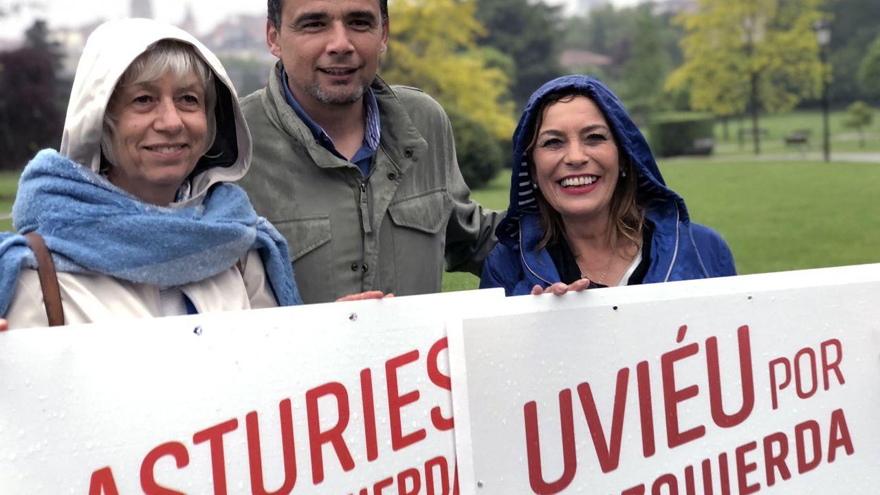 El último adiós a Rubalcaba, en imágenes.Ángela Vallina posa bajo la lluvia con Concha Masa e Iván Álvarez