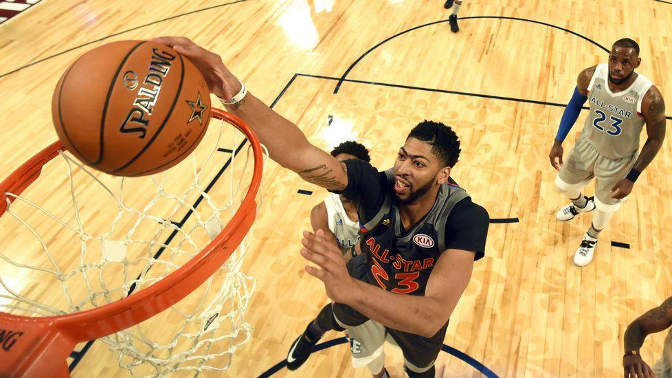 Davis: «La mejor parte de la noche, ganar el trofeo».Curry conduce un balón durante un partido.