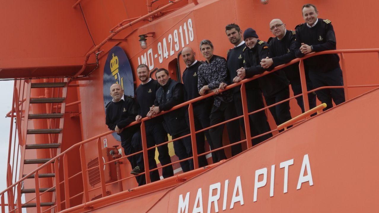 Tripulantes del María Pita en el puerto de A Coruña, donde permanece atracado el buque de Salvamento Marítimo