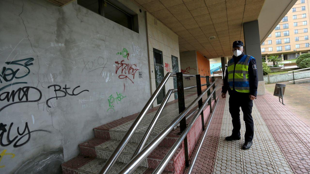 El jefe de la Policía de Cambre en la plaza Fernando Buesa, uno de los puntos más conflictivos durante la pandemia en este municipio