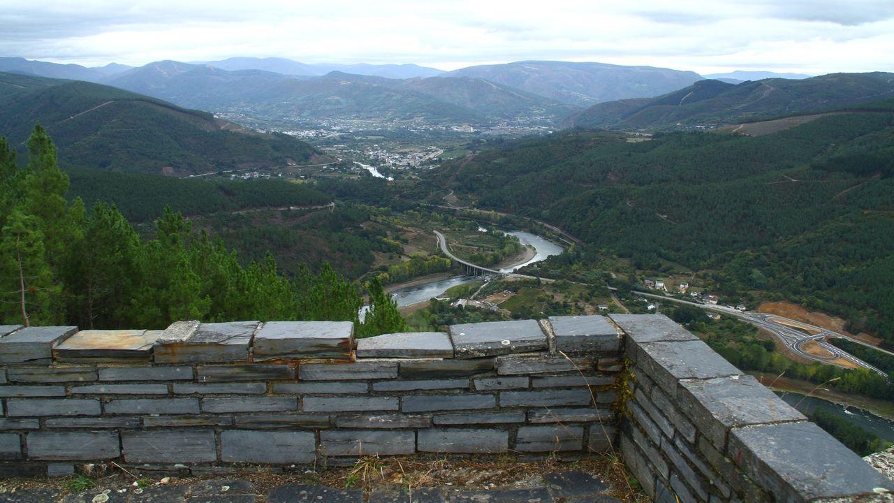 Tramo de la carretera N-120 a su paso por Augas Mestas visto desde el mirador de Torbeo, en Ribas de Sil