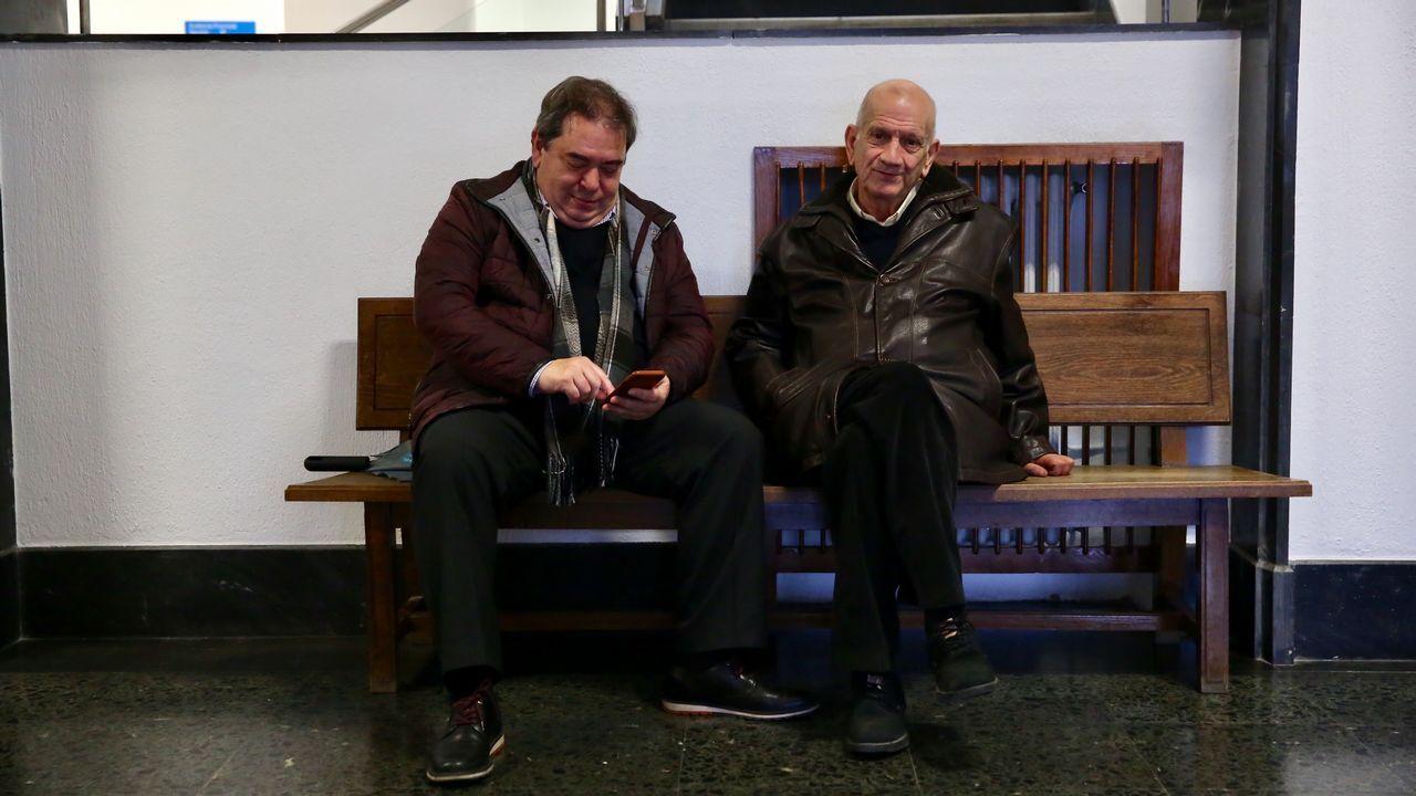 Etelvino Blanco, de la CIG, José Gómez, de C.C.O.O., y dos trabajadores en la que era la nave de Citroën.